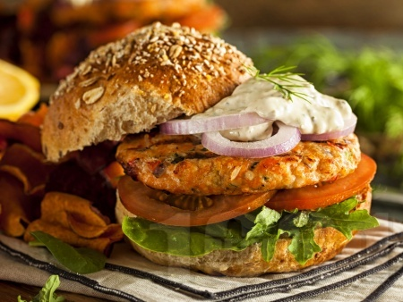 Бургери със сьомга филе, горчица и ароматни подправки - снимка на рецептата